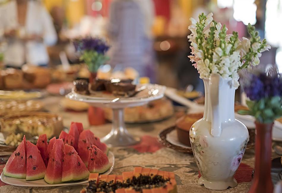 mesa-de-café-da-manhã-com-flores